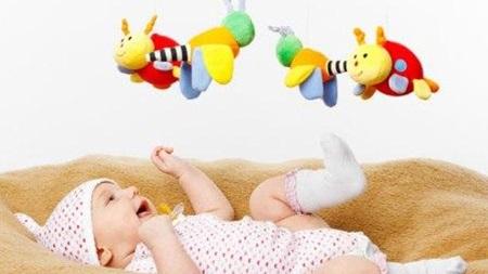 生後2ヶ月 遊び おもちゃ 散歩
