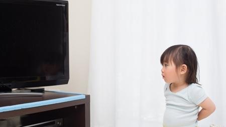 テレビを近くで見ない工夫を
