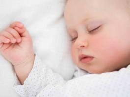赤ちゃんの向き癖が気になる時に知っておきたいこと 直すには 原因と解消方法 など