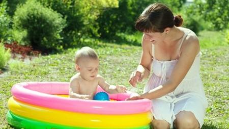 赤ちゃん ビニールプールへ