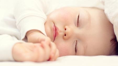 横向き寝による側頭部のへこみ