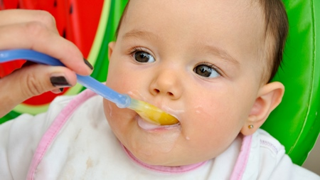 乳歯や舌についた食べ物やミルク