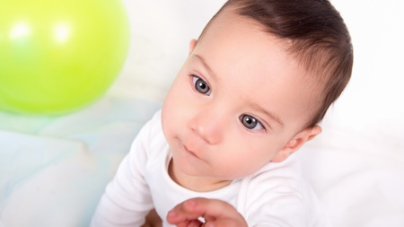 赤ちゃんの寄り目の原因とは?