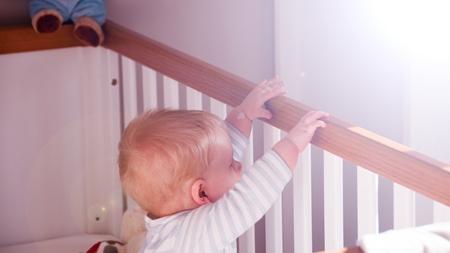 赤ちゃんがつかまり立ちを始める時期は?