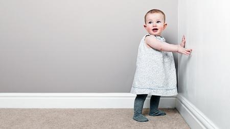 赤ちゃんが伝い歩きを始める時期とは?