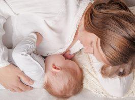 添い乳について知っておきたいこと 方法、注意点、やめ方は? メリット・デメリットは?