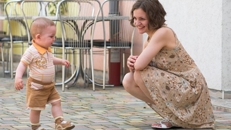赤ちゃんのひとり歩きはいつから?
