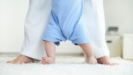 赤ちゃんに歩行練習はさせるべき?