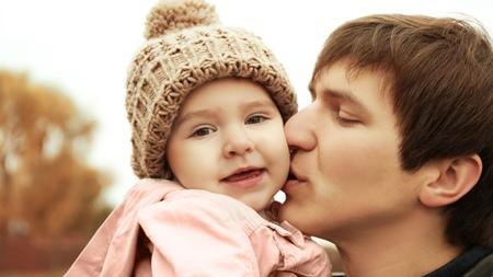 お父さんと女の子の赤ちゃんの関わり方