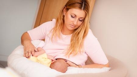 授乳時の赤ちゃんの姿勢をチェック