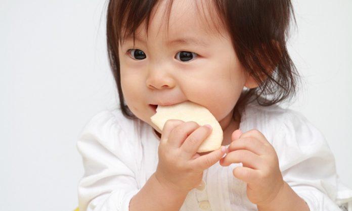 赤ちゃんのせんべいで知っておきたいこと いつからいつまで 食べ過ぎ あげ方は? など