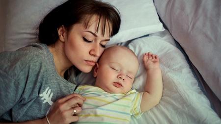 赤ちゃんとの添い寝のメリットな意見