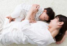 赤ちゃんとの添い寝について知っておきたいこと いつまで?泣く?危ない? など