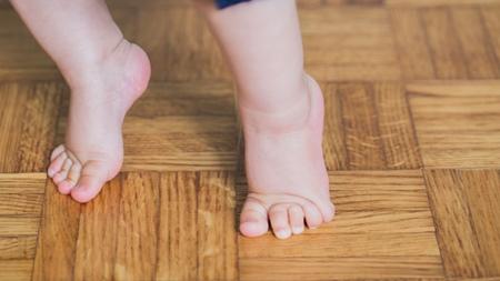 靴底が指の付け根で曲がるもの