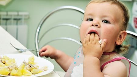 赤ちゃんの手づかみ食べは必要?