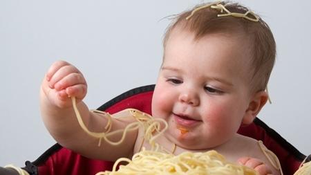 赤ちゃんの遊び食べが増える