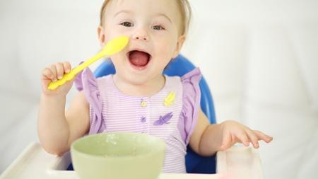 赤ちゃんが手づかみ食べをしない原因とは?