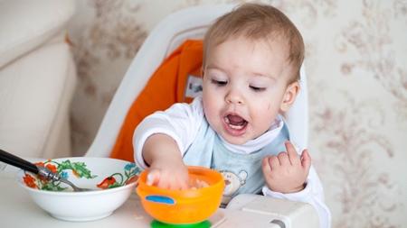 赤ちゃんの手づかみ食べはいつから?