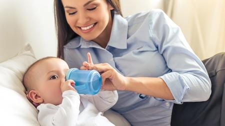 赤ちゃんの練習用マグは必要?