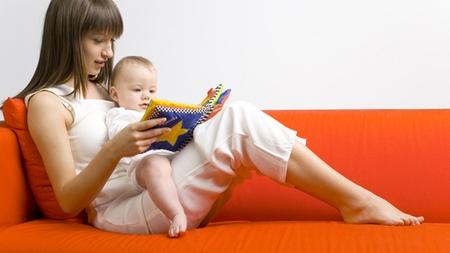 赤ちゃんの好きな絵本を読んであげる
