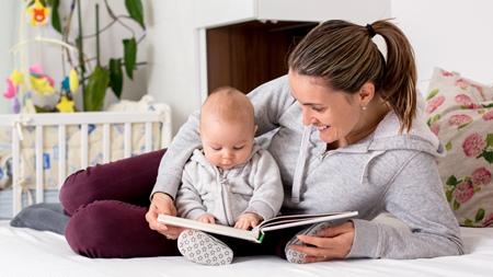 赤ちゃんの絵本の読み聞かせはいつから?