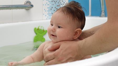 赤ちゃんをお風呂に入れる際の注意点と対処法について