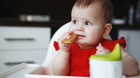 赤ちゃんのおやつの上手な食べさせ方