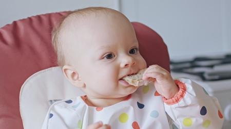 赤ちゃんにおやつが必要な理由とは?