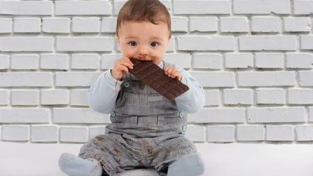 赤ちゃんにチョコレートをあげるときに考えたいこと