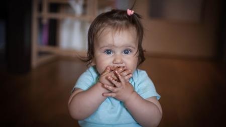 赤ちゃんが誤ってチョコレートを食べてしまったときの対処法