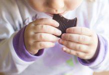 赤ちゃんがチョコレートを食べるときに知っておきたいこと