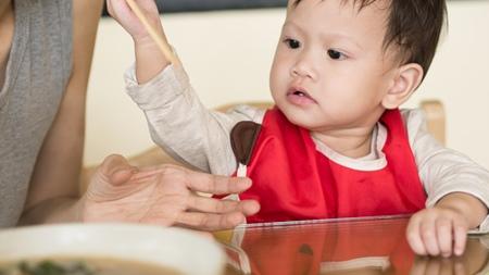 赤ちゃんに上手に右手を使ってもらうには?