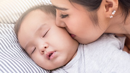 赤ちゃんの首のにおいや様子に注意を払う