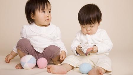 他の赤ちゃんと一緒に遊ぶ