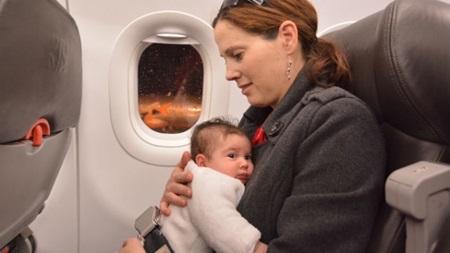 赤ちゃんの飛行機いつから大丈夫?