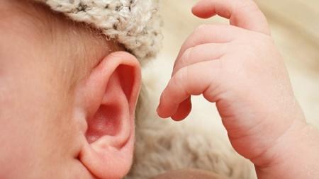 赤ちゃんが耳を触る理由とは?