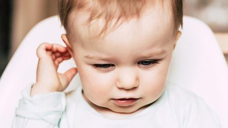 赤ちゃん 耳さわる