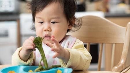 ママ!ご飯は自分で食べたいの!