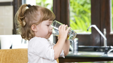 赤ちゃんにコップ飲みを無理強いしない