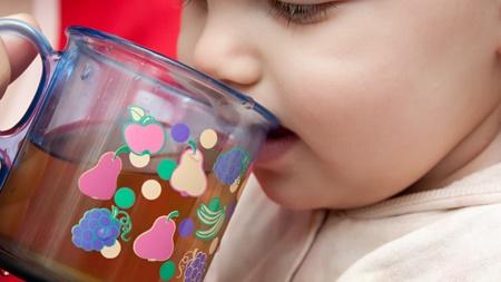 赤ちゃんのコップ飲みの練習はいつから?