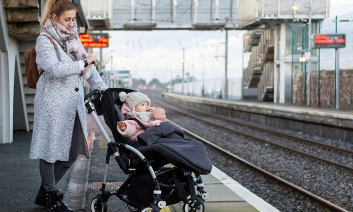 ベビーカーで電車やバスに乗るときのマナーや注意点で知っておきたいこと