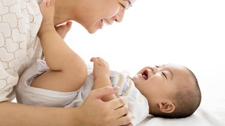 赤ちゃんに笑顔で話しかける