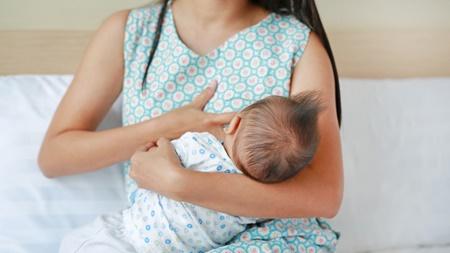 授乳の体勢を工夫すること