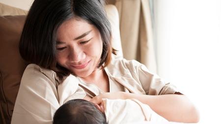 授乳やミルクの際には赤ちゃんと目を合わせて